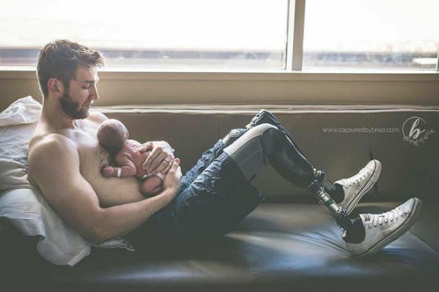 padre dormido con su bebé