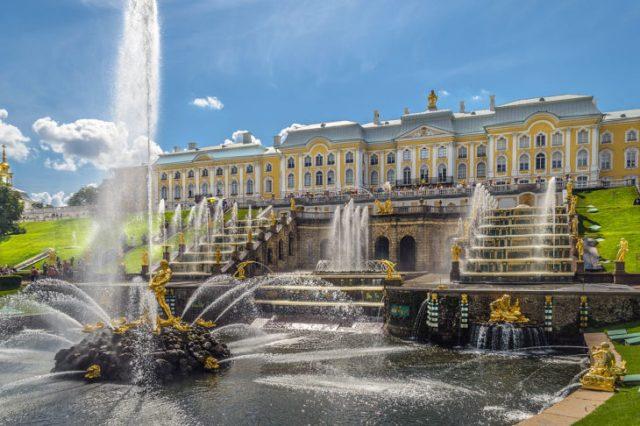 fuente y catarata dentro del palacio de Peterhof