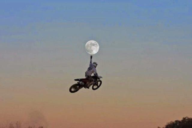 Motociclista capturado en el instante justo cual si tocará la luna