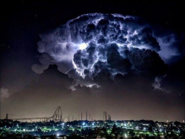 nubes de tormenta antes de que desplome un rayo