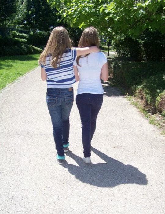 Chicas juntas proyectan sombra de un gorila
