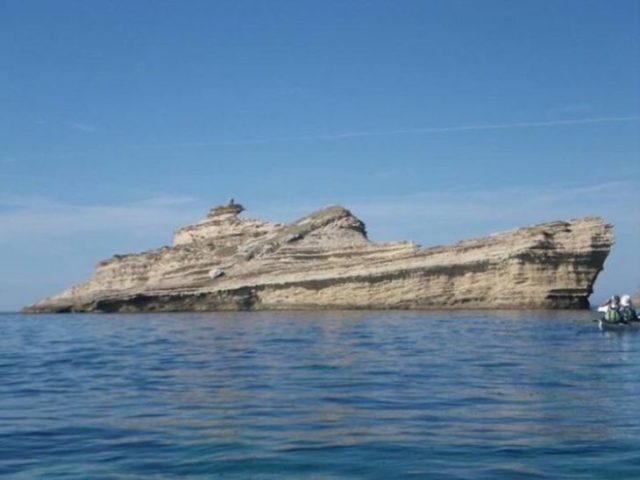 Gran roca que semeja ser un barco