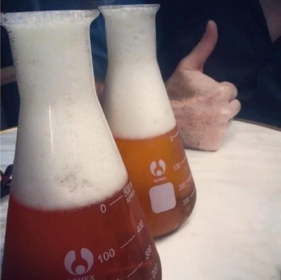 cerveza en vasito de precipitado
