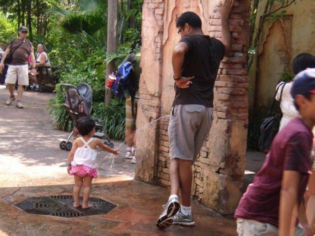 Foto semeja que papá le orina a su hija en la mano