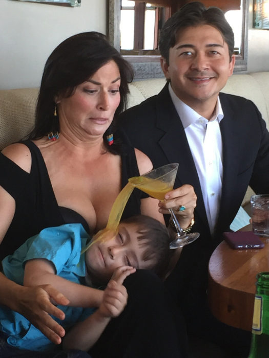 Mujer tira bebida sobre su hijo