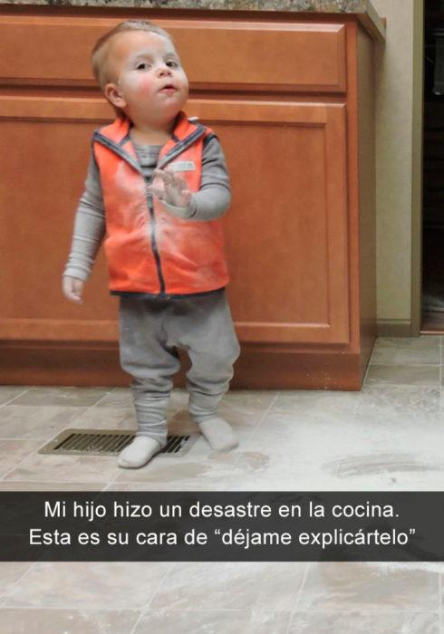 Niño cubierto de harina