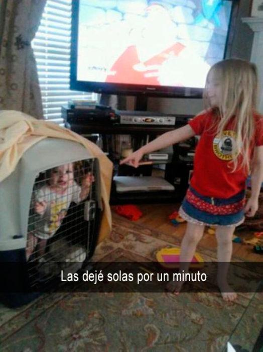 Niña metió a su hermana a una jaula