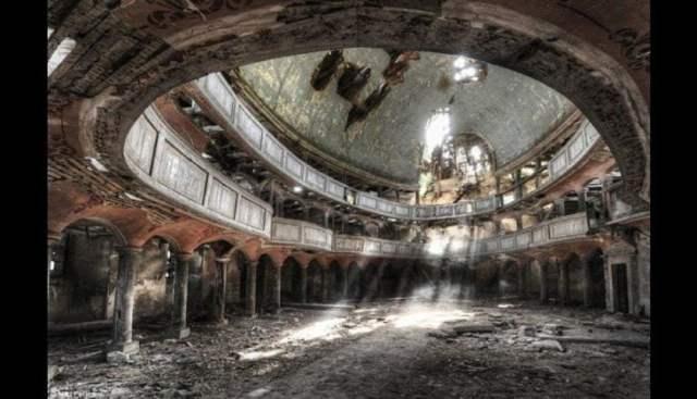 Auditorio con más de cien años abandonado