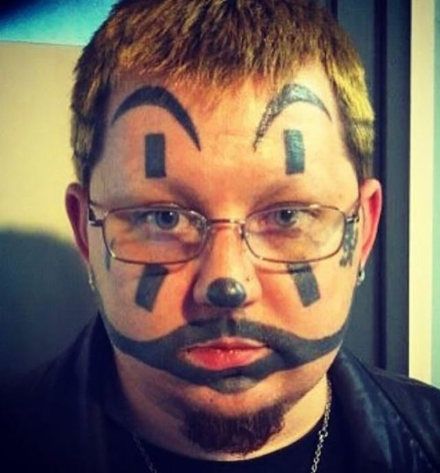 tatuaje en constituye de maquillaje de payaso