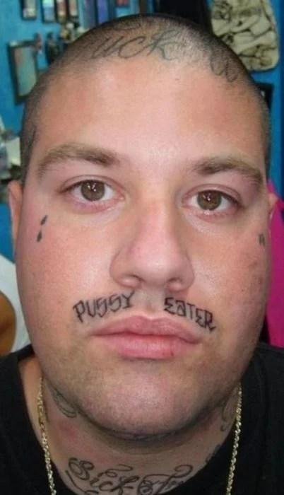 Tatuaje en la cara que dice que es un mujeriego