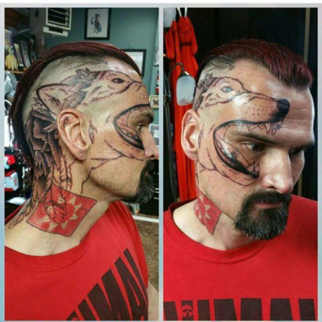 hombre con lobo tatuado en su cara