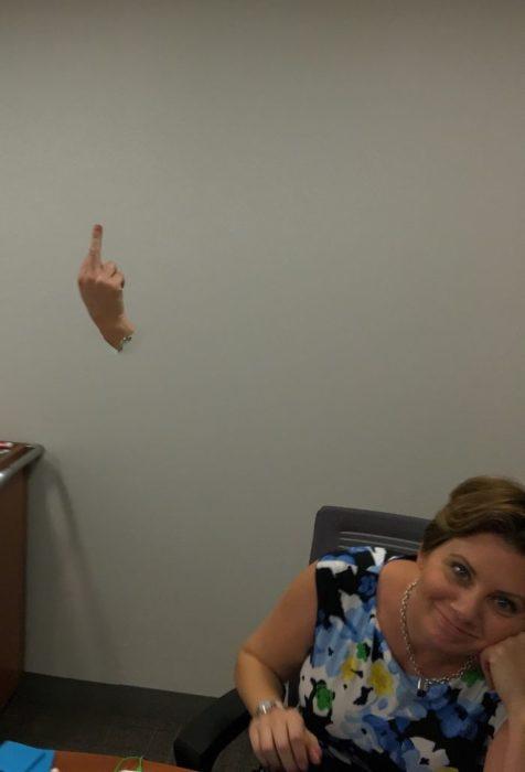 mujer que su mano aparece en 2 tomas por panoramica