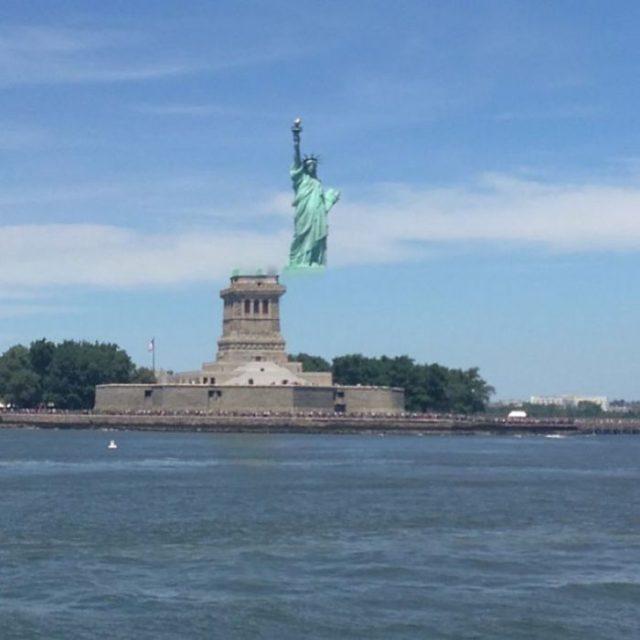 estatua de la libertad alterada por mal movimiento de la camara