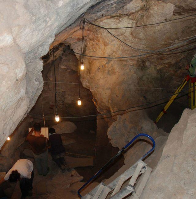 cueva de indicios del canivalismo de hacer muchos años