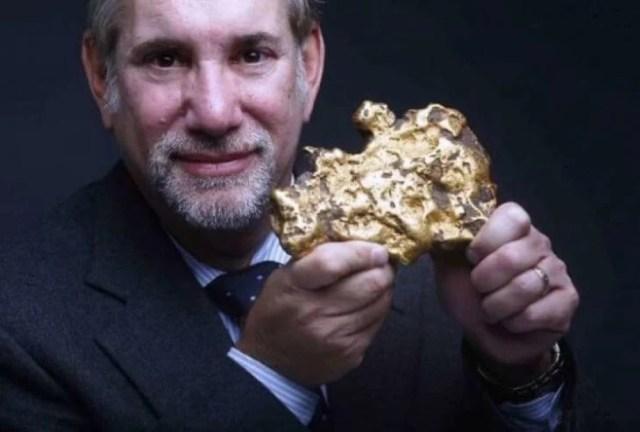 Un gran pepita de oro descubierta bajo tierra