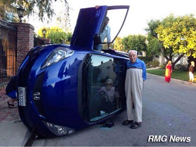 anciano a lado de automóvil volcado