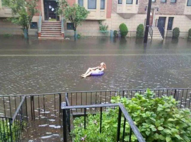 Chica después de la lluvia gozando en la calle