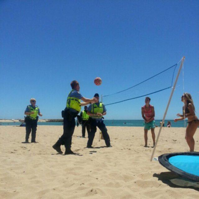 policía jugando volleyball