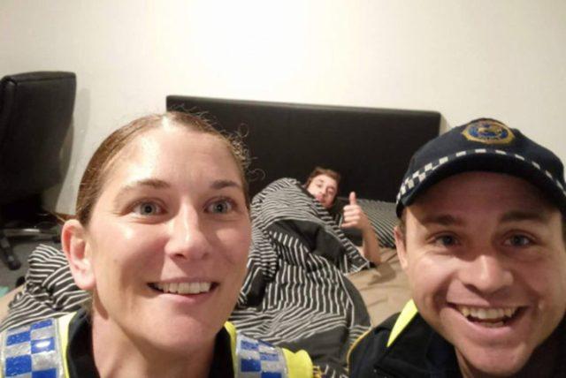 Policías en Australia llevan a muchacho ebrio