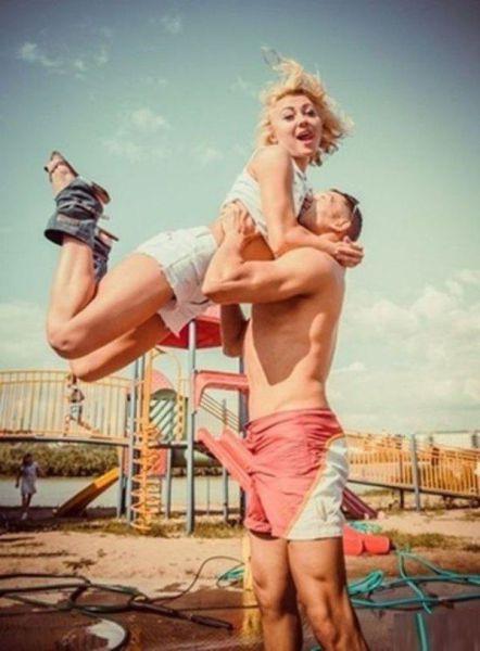 Hombre conmovido cargando a su novia