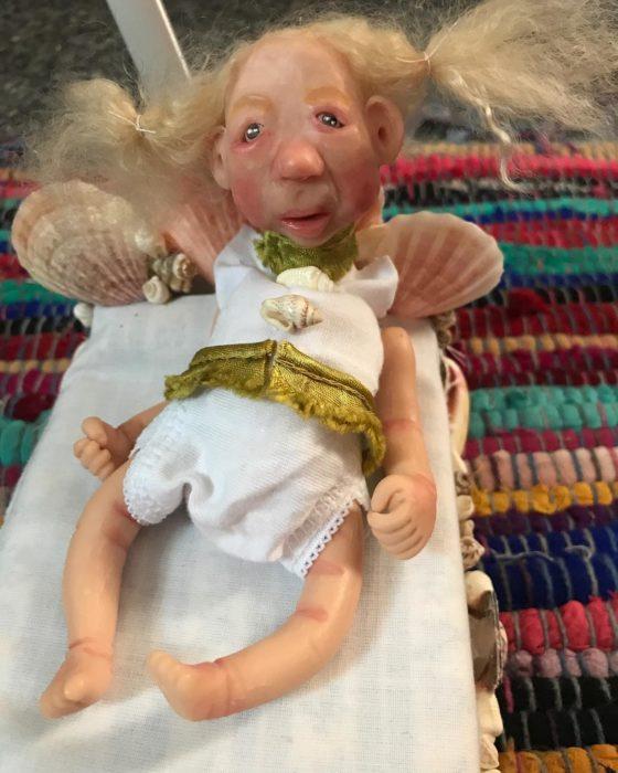 Muñeca con vestidito blanco