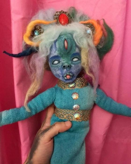 Muñeca azul extraña