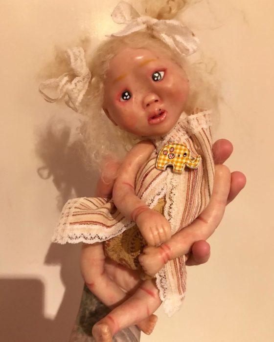 Muñeca con marca en la hacia