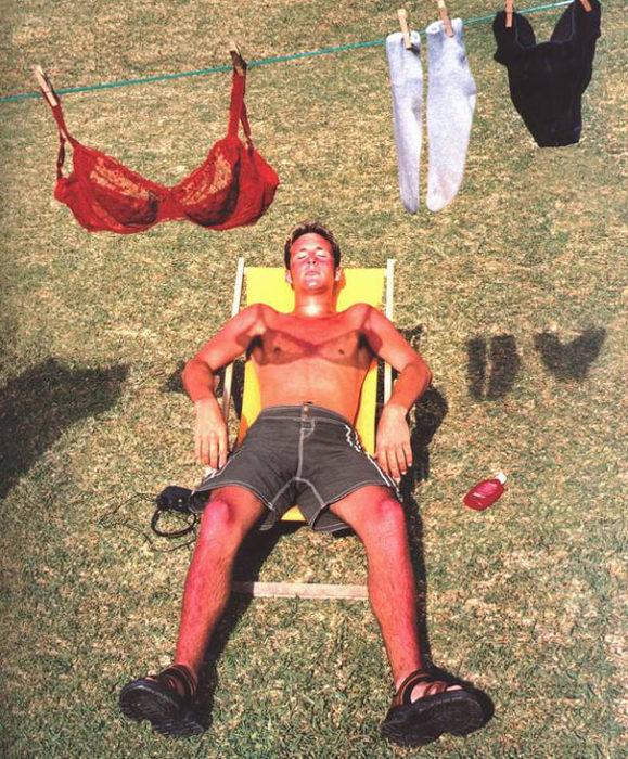 Hombre bebiendo el sol, sombra trae brasiere