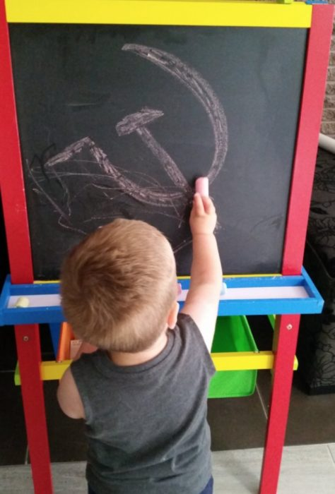 niño dibujando gis