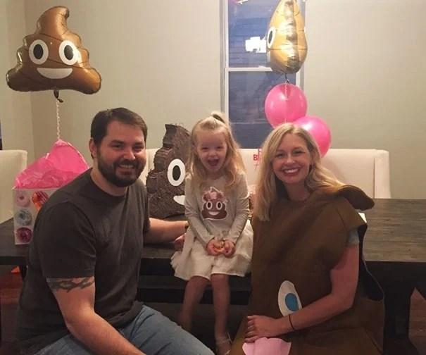 pareja niña aniversario emoji popó
