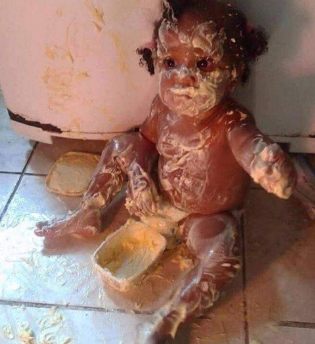 Niña cubierta de mantequilla