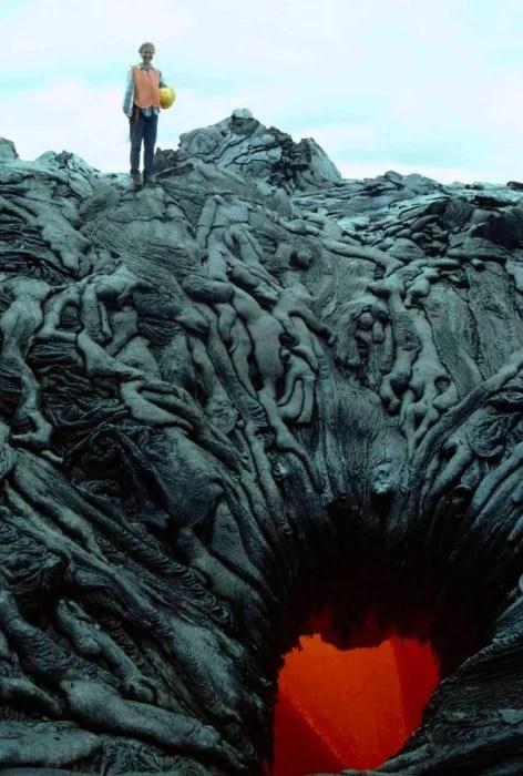 un cráter con fuego