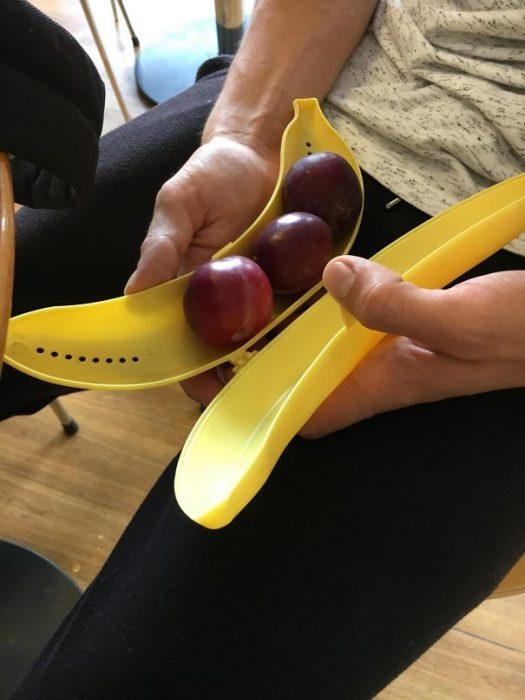 uvas en recipiente para plátano