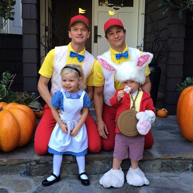 Neil y familia disfrazados de alicia en el pais de las maravillas