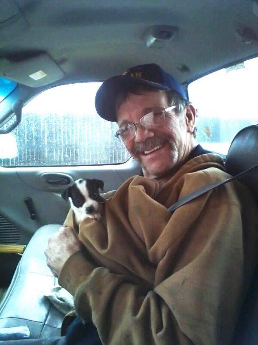 hombre con un cachorrito