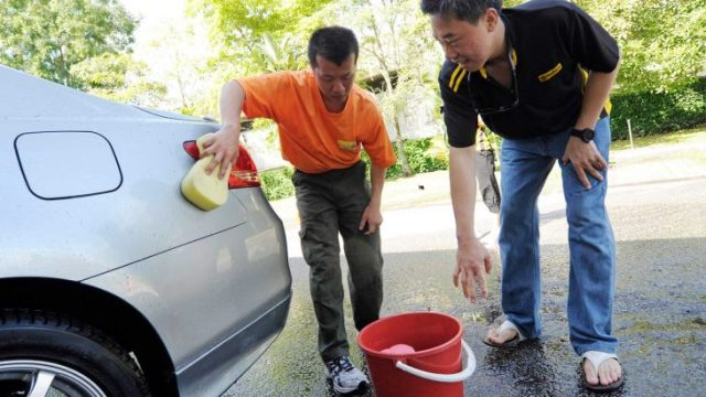 chinos lavando el coche