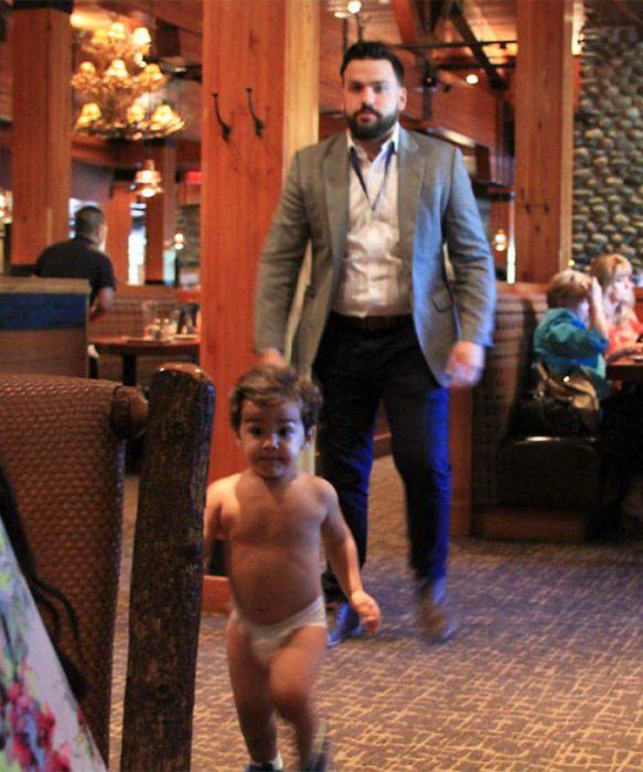 niño encuerado en restaurante