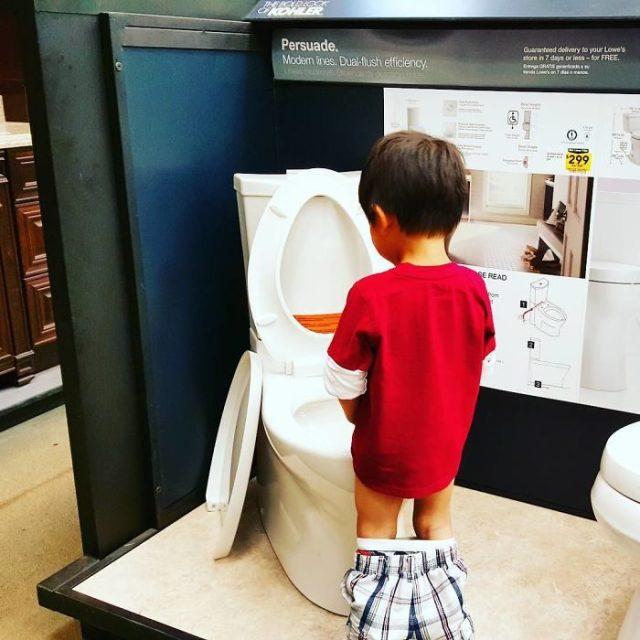 niño orinando en tienda