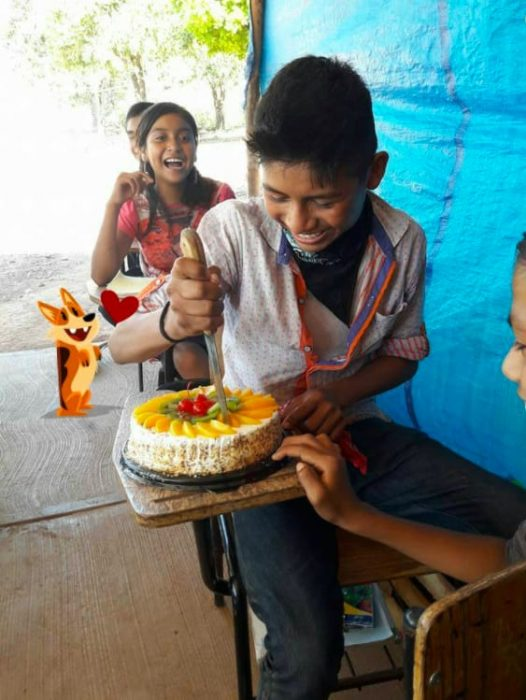 niño indígena feliz