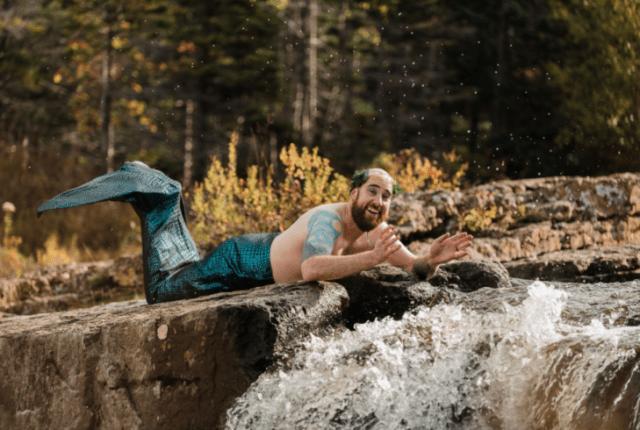 sireno jugando con el agua