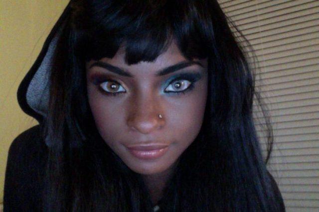 chica negra ojos bicolor