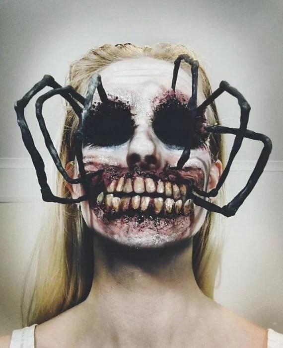 Mujer hace un disfraz maquilla cual la mujer maravilla