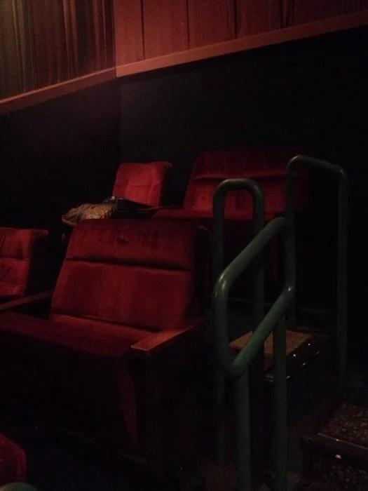 asientos para parejas en sala de cine