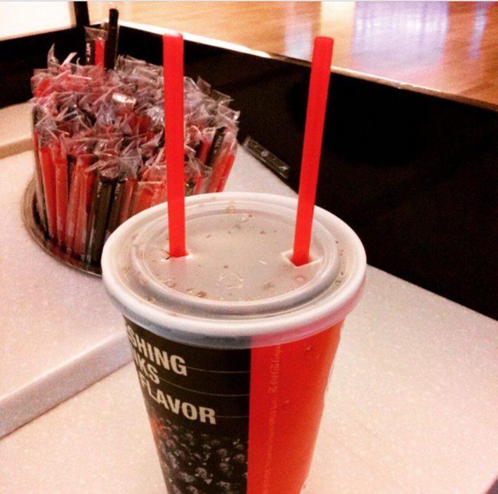 bebida con dos popotes