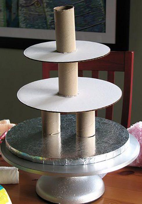 base para pastel hecha con tubos de baño y cartón