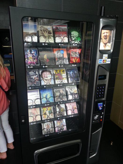 maquina dispensadora de películas en el cine