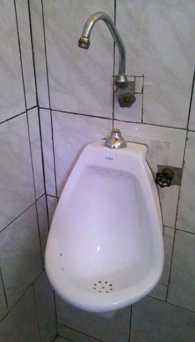 lavamanos justo arriba de urinal