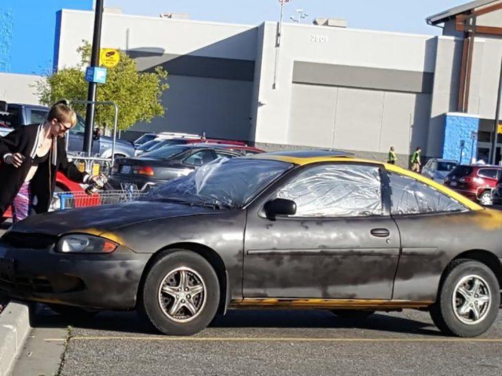 mujer pintando su auto con aerosol