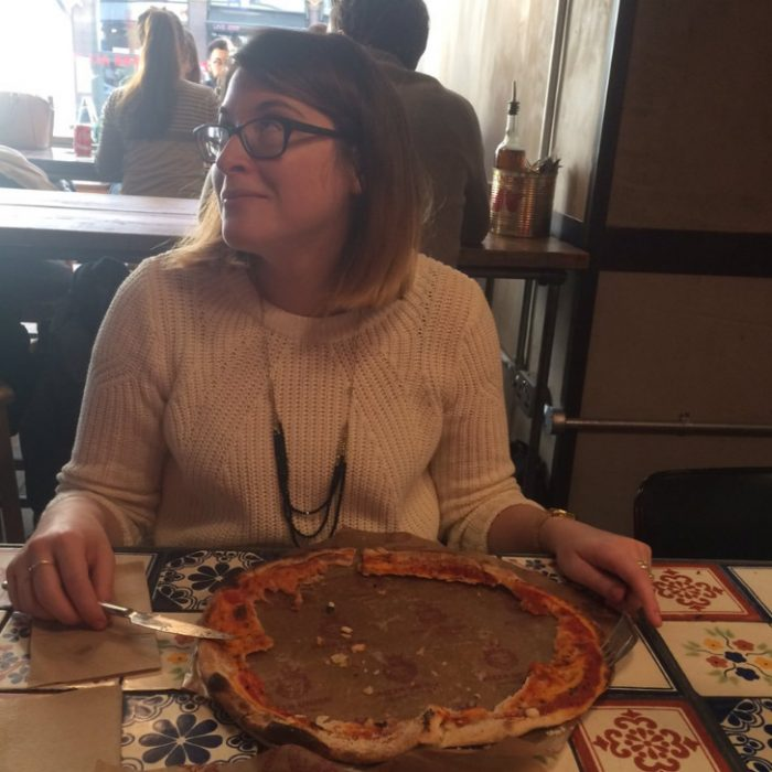 chica se come lo de adentro de la pizza