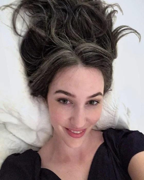 mujer con cabello, canas y sonrisa